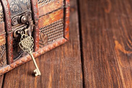 ビンテージ鍵と木製のテーブルに古い宝箱