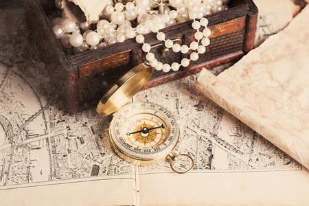 宝箱、コンパス、木製テーブルの上の古い地図