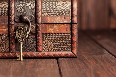 rocznika klucz i starych skrzynia na drewnianym stole