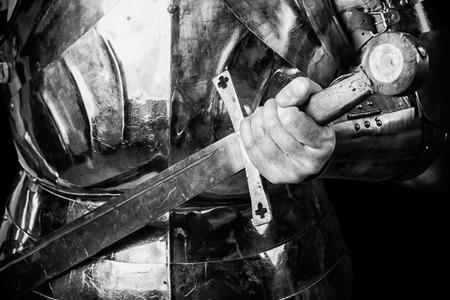 騎士の鎧を身に着けて、両手剣を保持