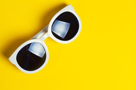 sunglasses: Gafas de sol blancas estilo en el fondo amarillo