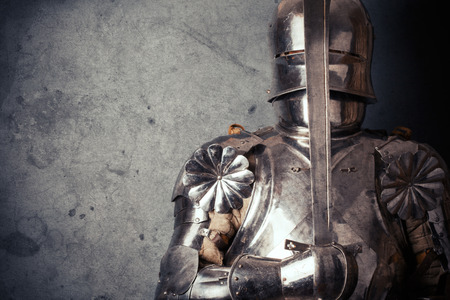 knight wearing armor and holding two-handed sword Foto de archivo