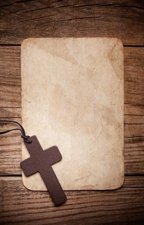 用紙の背景に木製の十字架 写真素材