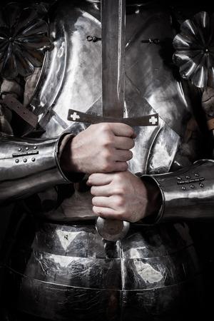 騎士の鎧を着て、両手剣を持った