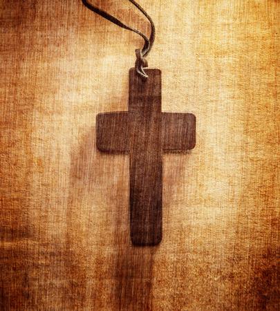 cruz religiosa: Primer plano de la cruz cristiana de madera en el fondo del grunge