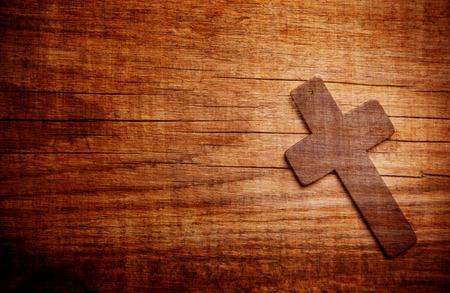 木材の背景に木製の十字架 写真素材