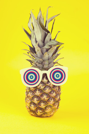 gafas de sol: Piña divertido en una gafas de sol sobre fondo amarillo