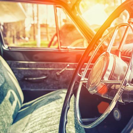 auto old: Interior de un coche clásico de la vendimia
