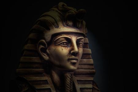 Stein Pharao Tutanchamun Maske auf dunklem Hintergrund Standard-Bild - 51485566