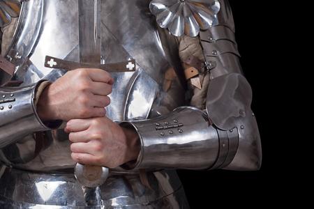 cavaliere medievale: cavaliere indossa l'armatura e la detenzione a due mani la spada