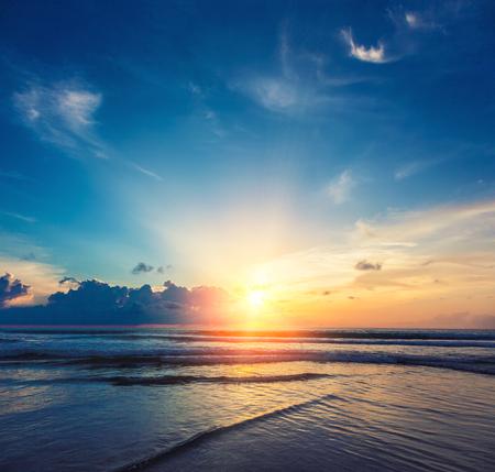 Mooie oranje zon opkomen met de zee en wolken