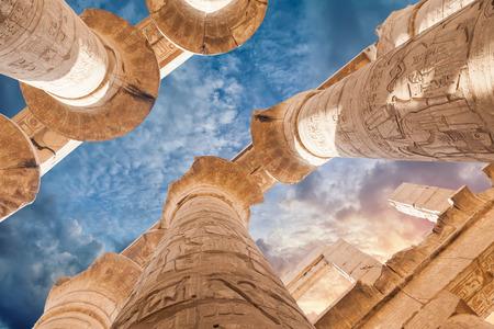 templo: Gran sala hip�stila y las nubes en los templos de Karnak (antigua Tebas). Luxor, Egipto Foto de archivo