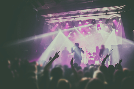 Silhouetten van mensen en muzikanten in grote concertpodium Stockfoto