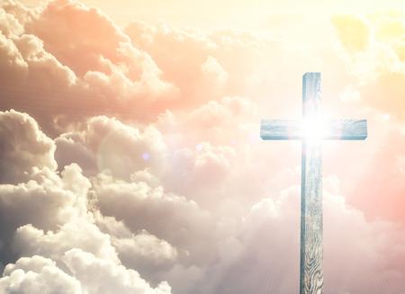古い茶色の木製の十字架、太陽フラッシュ