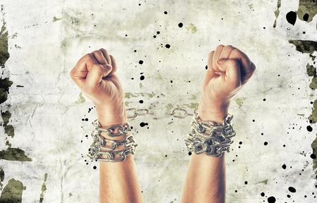 傷とグランジ背景上の鎖で両手 写真素材 - 57120108