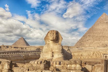 Die Große Sphinx und die Pyramide von Kufu, Gizeh, Ägypten