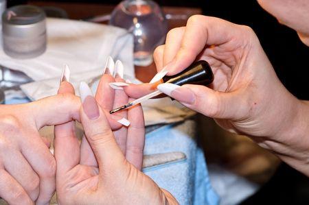 beauty shop: esteticista hacer la manicura para la mujer en la tienda de belleza