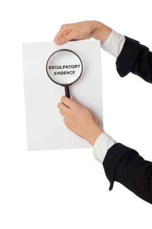 advocate: Investigador examina en detalles los materiales de pruebas de descargo informado por abogado