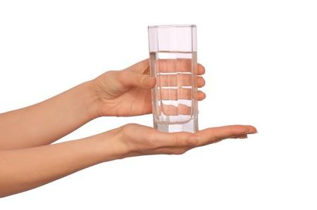 agua purificada: mujer dando un vaso con agua a la paciente