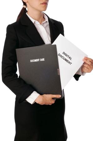 contrato de trabajo: Mujer sosteniendo documentos digitales en la mano  Foto de archivo