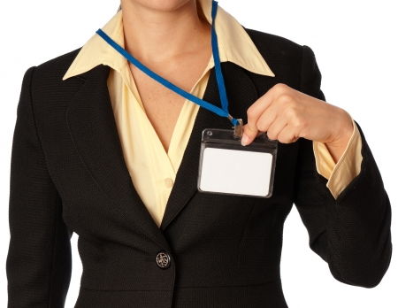 seguridad en el trabajo: mujer mostrando su tarjeta de id en la entrada de la sala de reuniones