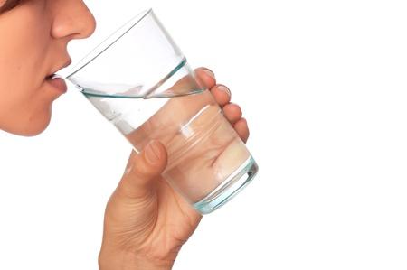 agua purificada: mujer bebiendo agua mineral de vidrio Foto de archivo