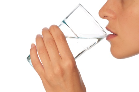 purified water: mujer bebiendo agua mineral de vidrio Foto de archivo