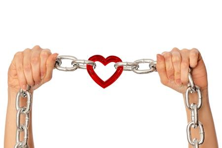 esclavo: mujer sosteniendo en la cadena de manos con el coraz�n como un s�mbolo de amor fuerte Foto de archivo