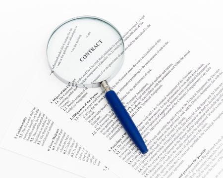 contratos: Lupa azul y el documento de cerca