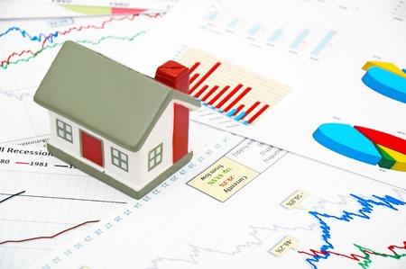 logements: Image de concept de march� logement avec le graphique sur fond de carte Banque d'images