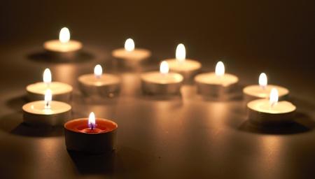 creer: velas en la oscuridad en