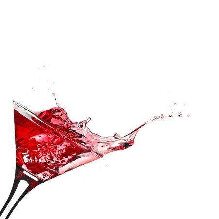 copa de martini: Coctel rojo con salpicaduras aislados en blanco Foto de archivo