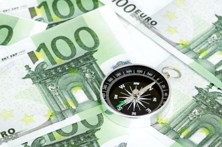 puntos cardinales: muchos billetes de banco y un lado se encuentran la brújula al lado del otro