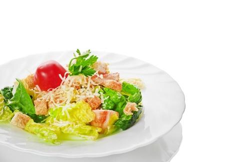 ensalada cesar: Ensalada César aislado en un fondo blanco