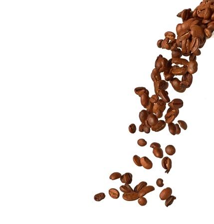 granos de cafe: Flying granos de caf� aislados en un fondo blanco