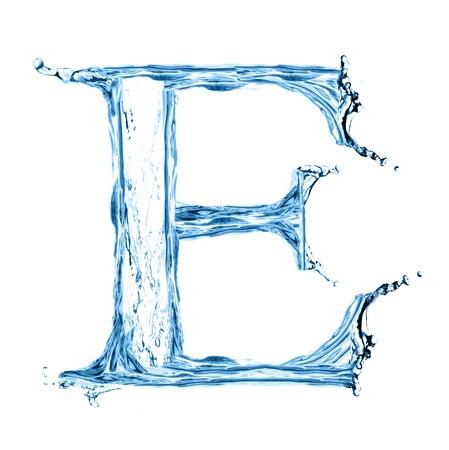 carta de agua liquida: Una letra del alfabeto de agua aislado en blanco