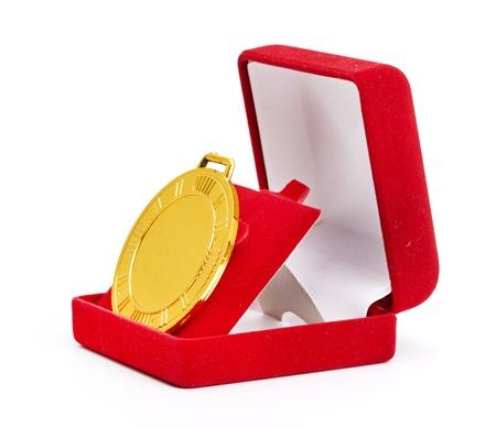 Gouden medaille in rode geschenkdoos witte achtergrond