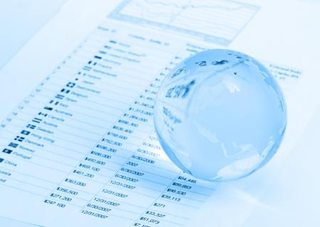 bolsa de valores: Globo de cristal y pluma en las finanzas