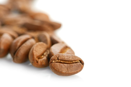 semilla de cafe: Macro de los granos de caf� aislados en el fondo blanco Foto de archivo