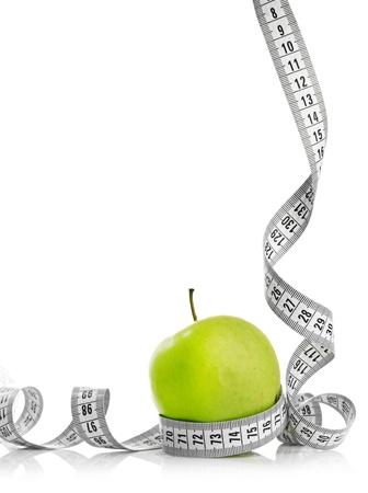 cintas: Cinta m�trica envuelta alrededor de una manzana verde como s�mbolo de la dieta