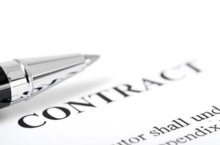 contrato de trabajo: Close-up de la pluma de plata en el contrato Foto de archivo