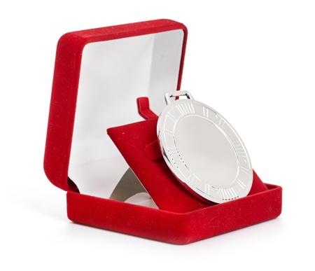 finalistin: Silbermedaille im roten Geschenk-Box isoliert auf wei�em Hintergrund