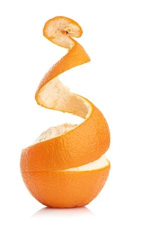 citricos: de color naranja con la piel pelada espiral aislado sobre fondo blanco