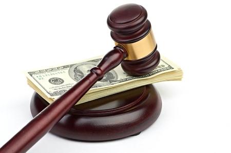 Gesetz Hammer auf einen Stapel von amerikanisches Geld. Standard-Bild - 20541979