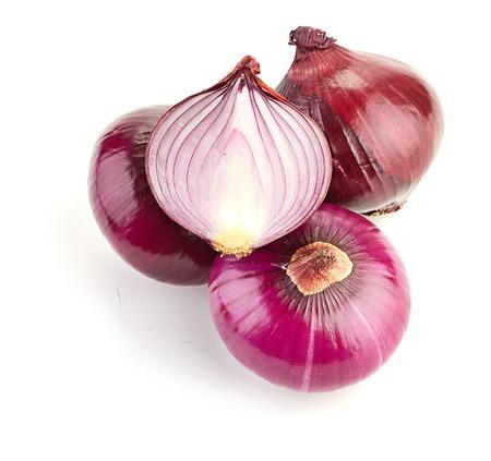 cebolla roja: Rodajas de cebolla roja sobre fondo blanco