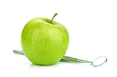 verde manzana: Manzana verde y herramientas dentales aislados en blanco