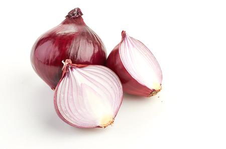 onion isolated: Rodajas de cebolla roja sobre fondo blanco