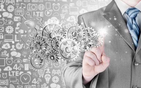 herramientas de mecánica: engranajes táctil mano de empresario al concepto de éxito
