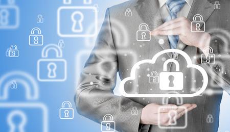 guardia de seguridad: Proteja concepto de datos información sobre las nubes. Vigilancia y seguridad del cloud computing.