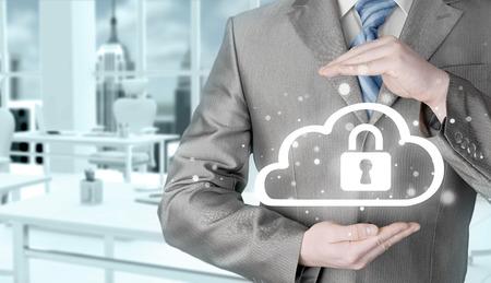 elementos de protecci�n personal: Proteja concepto de datos informaci�n sobre las nubes. Vigilancia y seguridad del cloud computing.